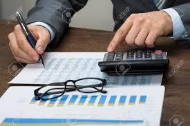 calculatrice graphique bureau en gros gros plan de homme affaires à graphique calculer impôt dans