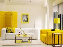 autour d un canape déco salon design avec canapé couleur jaune et murs blancs