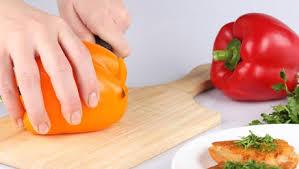 comment cuisiner les poivrons rouges technique pour peler un poivron minutefacile com
