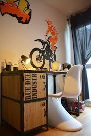 chambre a theme avec chambre de garçon sur le thème motocross avec un bureau industriel