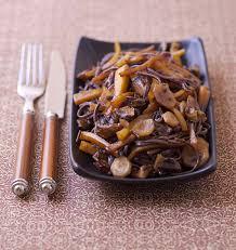 cuisiner des carottes poêlée de nouilles soba aux shiitakés carottes jaunes et cerfeuils