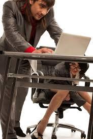 sous bureau cecretary sous le bureau flirtant avec le collègue photo stock