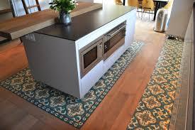ilot central dans cuisine ilot central de cuisine plan bar en bois massif dans cuisine d