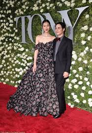 Hit The Floor Online - tony awards 2017 red carpet live daily mail online