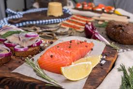 cuisine norvegienne cuisine norvégienne traditionnelle brunost et poissons image