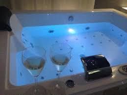 hotel con vasca idromassaggio in varcaturo prosecco di benvenuto con vista foto di hotel la fayette