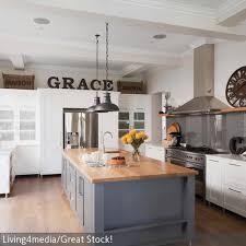 küche freistehend das herzstück dieser küche im landhaus stil ist der freistehende
