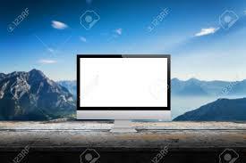 image arri鑽e plan bureau écran de l ordinateur sur le bureau avec la montagne en arrière