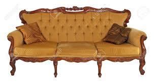 vieux canapé vieux canapé en bois isolé sur fond blanc banque d images et photos
