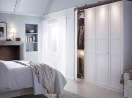 Schlafzimmergestaltung Ikea Ein Helles Schlafzimmer Mit Einem Großen Pax Kleiderschrank Mit