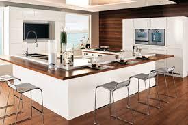 cuisine avec ilots noir et blanc extérieur éclairage en raison de ilot central avec