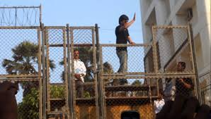shahrukh khan greeting fans outside mannat today for his birthday
