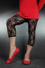 sedere depilato gambe della donna portano i leggins neri pizzo e vestito