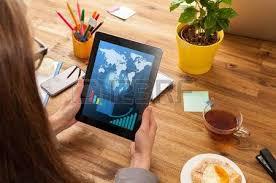 femme nue au bureau femme au travail avec un ordinateur portable placé sur le bureau en