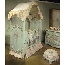 chambre b b baroque le ciel de lit bébé protège le bébé en décorant sa chambre archzine fr