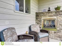 decor cheminee salon coin salon confortable avec deux fauteuils et cheminées