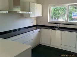 cuisine blanche plan de travail noir cuisine blanche plan de travail noir maison design bahbe com