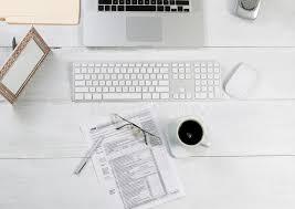 bureau d impot bureau de bureau avec les feuilles d impôt financières photo stock