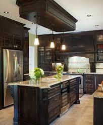 la cuisine d et armoires de cuisine de style classique avec un touche de riche l