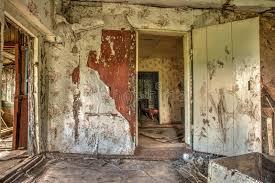 chambre cottage vieil intérieur abandonné de maison de chambre de cottage photo