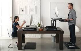 bureau pour travailler debout tms réduire le mal de dos avec les plateformes assis debout varidesk