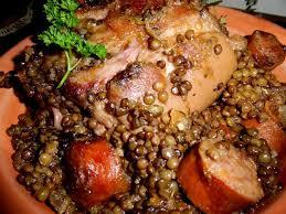 cuisiner un jambonneau jambonneau de porc aux lentilles vertes saucisses fumées thym et