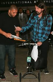 foo fighters u0027 dave grohl stops to sign autographs after jetting