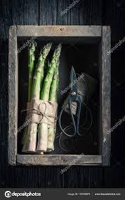 cuisiner asperges vertes fraiches asperges vertes fraîches dans une cuisine rustique photographie