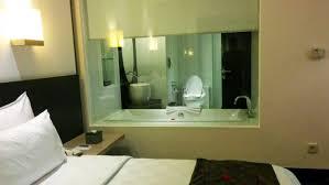 desain kamar mandi transparan berani coba sensasi toilet transparan di tempat umum