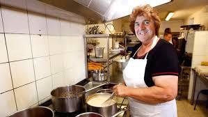 femme qui cuisine moi mère dufour cheftaine de cuisine magazine
