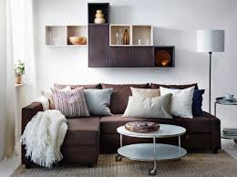 ein modernes wohnzimmer mit friheten eckbettsofa mit bezug