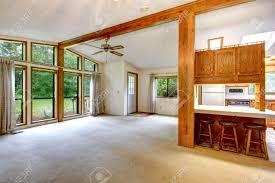 Wohnzimmer Boden Leeren Wohnzimmer In Bauernhaus Hohe Decken Mit Balken Und Boden