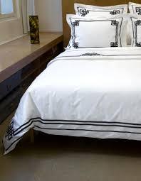drap en satin de coton taie d u0027oreiller night u0026day n 24 en satin de coton et ruban noir
