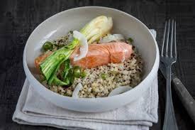 cuisine vapeur recette recette de pavé de saumon à la vapeur de gingembre bok choy et