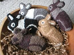 primitive folkart hooked rug rabbits pattern
