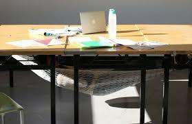 sous le bureau chaise hamac design pour se détendre au bureau