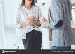 image pause café bureau cropped image collègues masculins féminins ayant pause café bureau