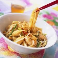 la cuisine asiatique nouilles thaïlandaises aux encornets et crevettes cuisine