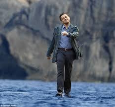 Leonardo Dicaprio Walking Meme - leonardo dicaprio walking on water 634 587 photoshopbattles