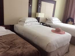 chambre d hotel dubai chambre de 3 personnes avec lit d appoint sur la gauche picture