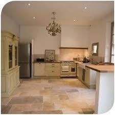 cuisine travertin un intérieur très chaleureux avec le travertin posé en opus