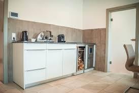 holzherd küche holzherd integriert in moderne küchenzeile modern küche