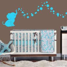 chambre marron et turquoise chambre enfant idée déco chambre bébé sticker mural turquoise