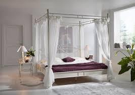 Schlafzimmer Mit Metallbett Stabiler Massivholz Kleiderschrank Aus Robuster Wildeiche