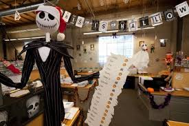 Scary Halloween Decorations For Office by Best 25 Halloween Office Decorations Ideas Only On Pinterest