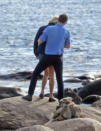 taylor swift and tom hiddleston show u0027tenderness u0027 according to