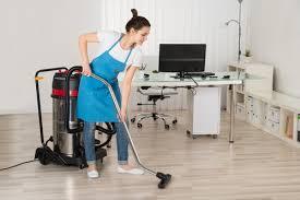 femme de m駭age bureau nettoyage de bureaux aérés sains et propres pour professionnels à