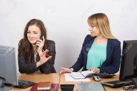 le bureau fille la fille dans le bureau de parler sur le téléphone de demander