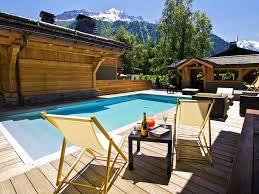 jacuzzi bois exterieur pour terrasse chalet 5 luxe à chamonix piscine spa jacuzzi cinéma