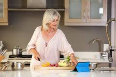femme plus cuisine recette de lecture de femme plus âgée dans la cuisine sur le